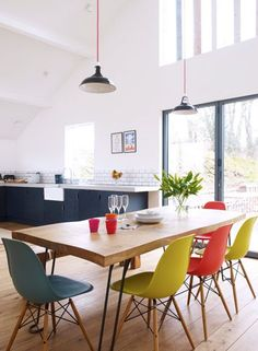 Salle à manger design et tonique avec ses chaises colorées Eames Dining Chair, Dinning Table, Swivel Chair, Dining Area, Egg Chair, Table Lamps, Wood Table, Kitchen Living, New Kitchen