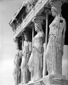 A brilliant image of the 'Porch of the Maidens' and the supports that were used to secure the integrity of the Erechtheion and the iconic Caryatids. Parthenon Athens, Greece History, Black White Art, Greek Gods, Archaeology, Sculpting, Sculptures, Places To Visit, Statue