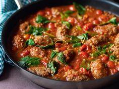 Recept på indiska lammjärpar med linser. Praktiskt att göra hela rätten i en panna. Med kokta linser i järparna blir de extra matiga och saftiga.