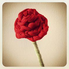 Crochet Rose with T-Shirt Yarn - Tutorial ❥ // hf Need to learn this language! Diy Flowers, Crochet Flowers, Fabric Flowers, Yarn Projects, Crochet Projects, Free Crochet, Knit Crochet, Diy Fleur, Cotton Cord