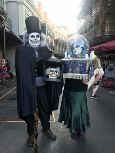 Madame Leota and Hatbox Ghost Haunted Mansion Cosplay Halloween Costumes at Disneyland Mickey's Halloween Party 2018 in New Orleans Square Mickey Halloween Party, Halloween Birthday, Halloween Cosplay, Halloween Costumes, Halloween Ideas, Haunted Mansion Costume, New Orleans Halloween, Mickey Wreath, Hatbox Ghost