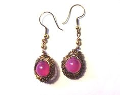 Wire woven bezel earrings with a pink bead inside the center. Wire is vintage bronze color, non tarnish. 20 and 26 gauge used. Ear hooks are made with the 20 gauge wire. The bead is about a . Pink Marble, Wire Weaving, Gold Beads, Pretty In Pink, Jewelry Making, Bronze, Drop Earrings, Jewels, Weave