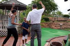 Oktober 2010 Text posted: President Barack Obama and First Lady Michelle Obama react to daughter Sasha's hole in one while playing miniature golf at Pirate's Island Golf in Panama City Beach, Fla. (Official White House Photo by Pete Souza) Past Presidents, Black Presidents, Greatest Presidents, Obama 2008, Obama Photos, Presidente Obama, Barack Obama Family, Pirate Island, American First Ladies