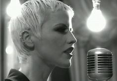 Dolores O'Riordan in the days Cranberries Band, Dolores O'riordan, Music Icon, Me Me Me Song, Girls Be Like, Powerful Women, Music Artists, Rock N Roll, Celtic