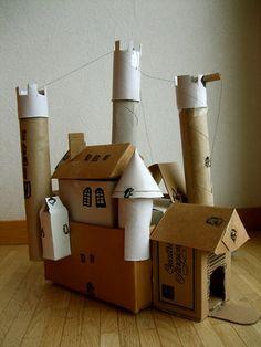ハウルの動く城みたい。 ダンボールだけじゃなくってキッチンペーパーやサランラップの芯、なんでもお家作りのアイテムになるんですね。