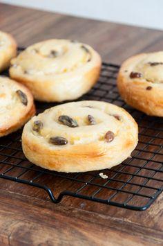 Leckre kleine Puddingschnecken: lockerer Hefeteig gefüllt mit Vanillepudding.