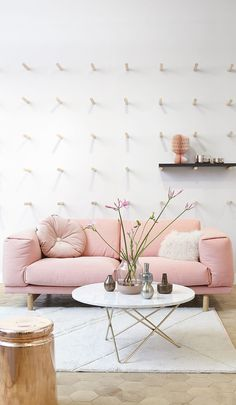 Shabby Chic Pink Sofa Ideas to Brighten Up Your Living Room 35 Rosa Couch, Minimalism Living, Deco Pastel, Decoracion Vintage Chic, Deco Rose, Pink Couch, Shabby Chic Pink, Eclectic Decor, Eclectic Modern