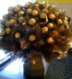 Stunning Chocolate Bouquet Course Online - Imagine their faces when you walk in with a gift like this! Chocolate Boxes, Chocolate Hampers, Chocolates, Ferrero Rocher Bouquet, Craft Paper Design, Chocolate Bouquet, Edible Arrangements, Candy Bouquet, Party Ideas