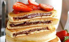 Zum Dahinschmelzen: ... leckere Nutella Pancakes mit frischen Erdbeeren zum Frühstück