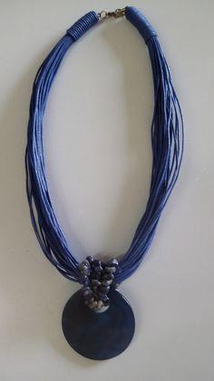 Colar em fio de algodão encerado azul e pingente em vidro azul.