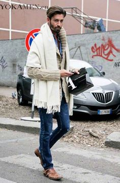 On the streets of Milan: chunky knit cardigan and shawlg mi poncho Mode Man, Mens Fashion Blog, Men's Fashion, Winter Cardigan, Knit Cardigan, Sweater Blanket, Sweater Weather, Men Street, Street Wear