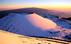 The summits of Mauna Loa and Mauna Kea are under a winter storm alert this weekend. Mauna Loa, Hawaii Adventures, Vacation Days, Big Island Hawaii, Beach Photos, Skiing, Nature, United States, Snow