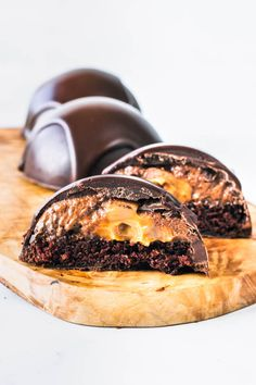 This Chocolate Bomb is a rich chocolate dessert. Made of chocolate mousse, dulce de leche, and chocolate cake. Topped with chocolate ganache. Mini Desserts, Chocolate Desserts, Just Desserts, Chocolate Dome, Chocolate Ganache, Cookie Recipes, Dessert Recipes, Snacks Sains, Mousse Cake