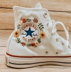 Embroidery Sneakers, Embroidery On Clothes, Cute Embroidery, Embroidered Clothes, Embroidery Designs, Diy Embroidery Shoes, Diy Embroidered Sneakers, Mode Converse, High Top Converse Outfits