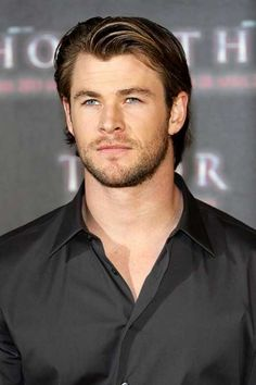 Chris Hemsworth looks incredible with this slicked back 'do. The sleek look is perfect for guys who want to look polished without spending too long styling their hair. Medium Long Hair, Medium Hair Cuts, Long Hair Cuts, Medium Hair Styles, Curly Hair Styles, Thin Hair, Haircuts For Men, Cool Haircuts, Men's Haircuts