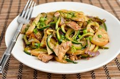 Slimming Eats Syn Free Chicken Zoodle Stir Fry - gluten free, dairy free, paleo, Slimming World and Weight Watchers friendly Slimming Eats, Slimming World Recipes, Diet Recipes, Healthy Recipes, Healthy Meals, Dairy Free, Gluten Free, Syn Free, Healthy Dishes