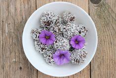 Choklad och lakritsbollar - rawfood, paleo - Clean Eating by Annika Raw Dessert Recipes, Raw Food Recipes, Desserts, Fika, Paleo, Acai Bowl, Clean Eating, Low Carb, Breakfast