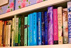 Colorcode your bookshelf just like Elle Fowler! <3
