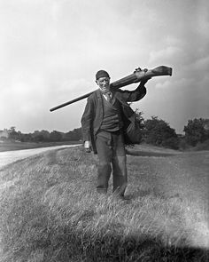 Snowden Slights carrying his punt gun used for bird hunting. Waterfowl Hunting, Duck Hunting, Old Time Photos, Old Pictures, Rare Historical Photos, Hunting Pictures, Creepy Photos, Shooting Range, Big Guns