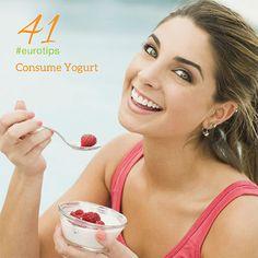 Consume Yogurt y obtén sus beneficios:  Contiene probióticos, una bacteria que repara el tracto digestivo. Es fuente de proteína, calcio, combate la presión alta, es el mejor sustituto de azúcar y es excelente para la piel.