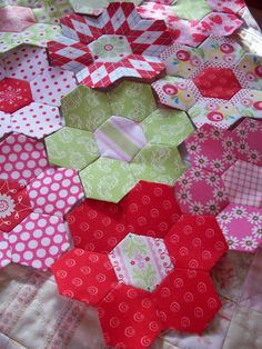 hexagon quilt blocks ^ just like the one I'm making.....  http://auntiesquaintquilts.blogspot.ro/2011/07/hexies.html