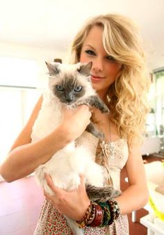 Taylor Swift and her cat Indy.
