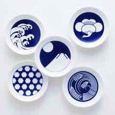 有田焼:pottery of Arita's plates. It is my favorite japanese dishes. Arita is famous for its porcelain, Aritayaki. Japanese Plates, Japanese Ceramics, Japanese Art, Japanese Porcelain, Japanese Style, Japanese Modern, Ceramic Pottery, Ceramic Art, Porcelain Ceramics