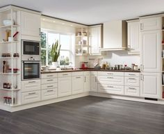 L-shaped country kitchen in creamy white with wooden worktop - Best Interior Design Ideas Kitchen Cabinets Decor, Home Decor Kitchen, Rustic Kitchen, Interior Design Kitchen, Kitchen Furniture, Home Kitchens, Kitchen Sets, New Kitchen, Country Kitchen Layouts