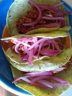 Taquitos de cochinita pibil (carne de cerdo en adobo de achiote y naranja agria) cocinada al vapor con cebolla morada y chile habanero.