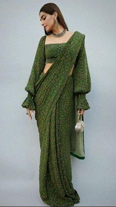 Lehenga Designs, Sari Blouse Designs, Saree Blouse Patterns, Fancy Blouse Designs, Saree Jacket Designs, Dress Indian Style, Indian Fashion Dresses, Indian Designer Outfits, Indian Fashion Modern