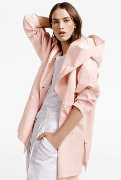 The parka get a chic upgrade in a beautiful linen cotton pique. Style this sporty, chic layer over everything from denim to wide leg suit pants Pijamas Women, Hooded Parka, Fashion Catalogue, Minimal Fashion, Minimal Style, Sporty Outfits, Winter Coats Women, Pretty Outfits, Editorial Fashion