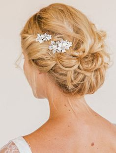 Weddbook ♥ Floral Comb Set bridal comb by UntamedPetals, a simple and shining hair-style.Looks lovely and everyone will admire you. Fancy Hairstyles, Bride Hairstyles, Hairstyle Wedding, Hairstyle Ideas, Headpiece Wedding, Hair Updo, Wedding Veil, Hair Ideas, Wedding Dress