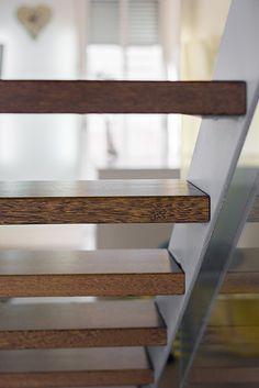 Chiralt Arquitectos I Escalera con peldaños flotantes en vivienda moderna.