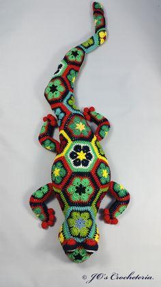 African Flower Crohet pattern - Gaudí the Salamander from Jo's Crocheteria #crochet pattern #crochetpatterns #africanflowercrochet #crochetsnowman #crochetafricanflowers #joscrocheteria #crochetholiday #hekkle #uncinetto #natale #grannysquare #hekkle #uncinetto #easycrochetscarf #joscrocheteria #grannysquare #africanflower #かぎ針編み #крючком #haken #uncinetto #virkaafrikanskablommor #virka #hekkle