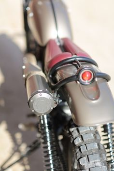 Yamaha Cafe Racer back light Scrambler Custom, Custom Bobber, Custom Motorcycles, Custom Bikes, Motorcycle Lights, Motorcycle Bike, Yamaha Cafe Racer, Cafe Racers, Yamaha Sr400