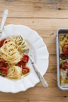 Spaghetti ar medū ceptiem tomātiem un zaļumu & maizes drupačiņām http://sipsandspoonfuls.com/search?updated-max=2012-11-09T11:26:00-08:00&max-results=7&start=18&by-date=false