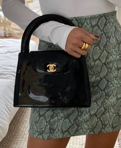 Discover Chanel Pre-Owned Bags on sale at Farfetch. Find of Chanel Pre-Owned pieces at up to off today. Purses And Handbags, Fashion Handbags, Fashion Bags, Fashion Fashion, Fashion Spring, Fashion Beauty, Fashion Women, Fashion Clothes, Fashion Ideas