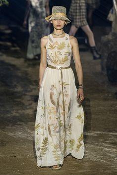 Christian Dior at Paris Fashion Week Spring 2020 - Runway Photos Fashion Week Paris, Fashion 2020, Fashion Brand, Runway Fashion, Fashion Beauty, Fashion Show, Womens Fashion, Fashion Design, Club Fashion