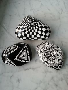 Black and white hand painted rocks art stone. Pebble Painting, Dot Painting, Pebble Art, Stone Painting, Painting Stencils, Stone Crafts, Rock Crafts, Pebble Stone, Stone Art