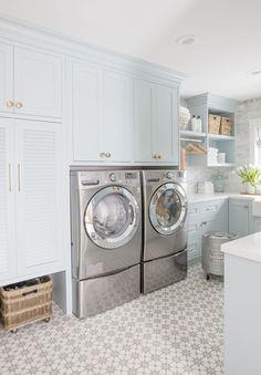 Laundry-Room : La lavanderia organizzata, luminosa e allegra di Jillian Harris. Mudroom Laundry Room, Laundry Room Cabinets, Farmhouse Laundry Room, Laundry Room Organization, Laundry Room Design, Laundry Room Pedestal, Laundry Room With Storage, White Laundry Rooms, Small Laundry