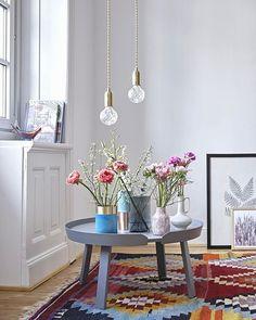 Decorate i tavolini bassi con vasi di fiori di differenti misure, forme e fantasie. Per angoli pieni di romanticismo! #dalani #ispirazionidalani #loveyourhome #primavera