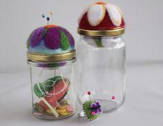 Coppia di vasetti puntaspilli doppi in feltro decorati con fiori e anello regolabile con farfallina di patrizianave su Etsy