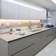Quando o simples é tudo {} Cozinha com tons de branco e cinza e destaque para a fita de led que ressalta o revestimento e ilumina a bancada de trabalho Foto Mariana Orsi Kitchen Room Design, Modern Kitchen Design, Home Decor Kitchen, Interior Design Kitchen, Kitchen Furniture, Home Kitchens, Modern Kitchen Cabinets, Kitchen Cabinet Colors, Gray Cabinets