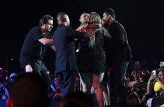 Fã invade palco durante gravação do DVD de Marília Mendonça