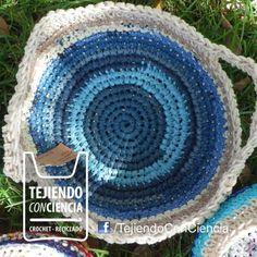 cesta hecha al crochet con bolsas plásticas