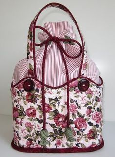 The rye I had on G for a couple of posts then has now become a sewing bag Combined with narrow striped, burgundy and a little green … - Fabric Purses, Fabric Bags, Patchwork Bags, Quilted Bag, Craft Bags, Bag Patterns To Sew, Denim Bag, Knitted Bags, Handmade Bags