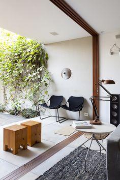 Uma decoração charmosa, com espaços integrados e muita iluminação natural. Veja: https://www.casadevalentina.com.br/blog/OPEN%20HOUSE%20%7C%20FELIPE%20JAEGER ------  A charming decor with integrated spaces and ample natural light. see: https://www.casadevalentina.com.br/blog/OPEN%20HOUSE%20%7C%20FELIPE%20JAEGER
