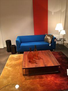 mooi warm kleed, tafel en bank. Kleur mogelijk niet geschikt voor de woonkamer?