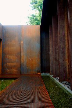 Corten steel in Musée Soulages café Bras, Rodez Metal Cladding, Metal Facade, Metal Siding, Metal Walls, Space Architecture, Architecture Details, Exterior Design, Interior And Exterior, Tadelakt