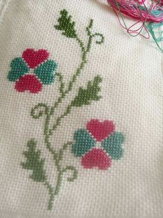This Pin was discovered by Sem Cross Stitch Borders, Cross Stitch Flowers, Cross Stitch Designs, Cross Stitching, Hand Embroidery Designs, Beaded Embroidery, Embroidery Stitches, Canvas Template, Fabric Paint Shirt